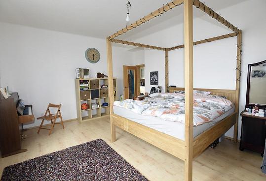 Místnosti dominuje velká postel.