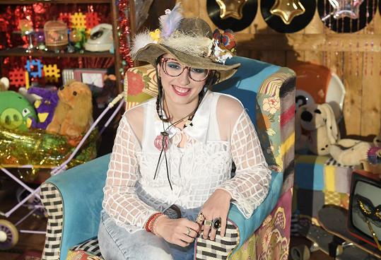 V kanálu TV pro děti ztvární tetu Květu, která čte dětem pohádky.