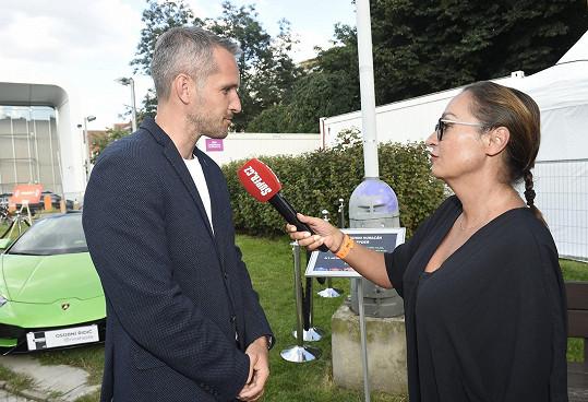 Moderátor při rozhovoru se Super.cz