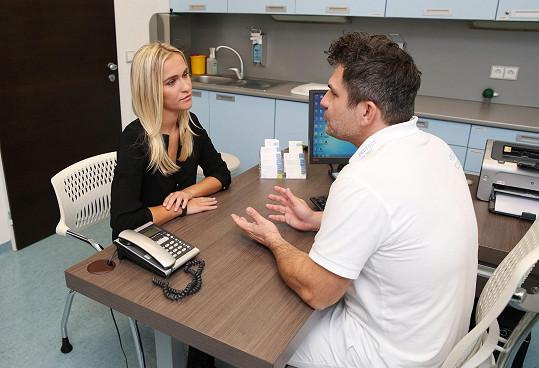 Nela během konzultace se svým lékařem, který jí provedl i zvětšení poprsí.