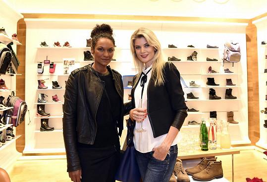 Slavné krásky na otevření obchodu s obuví