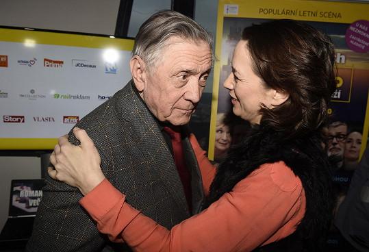 Tereza s tatínkem Petrem Kostkou, který bude pod věží na letní scéně divadla Kalich také hrát.