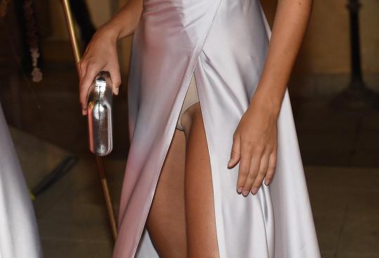 ...a také hodně vysoký rozparek, v němž ukázala kalhotky.