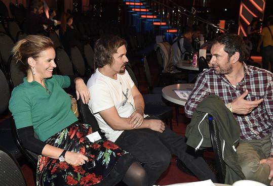 Kamila a Ondřej v družném rozhovoru s Emanuelem Ridim.