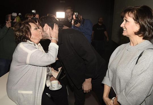 Srdečně se zdravila s hercem Vojtou Kotkem.