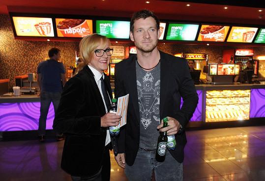 Svobodová s přítelem dorazili do kina mezi posledními. Pozornosti novinářů se ale nevyhnuli.