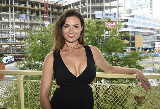 Hana Kynychová pózuje na terase v šatičkách s obrovským výstřihem.