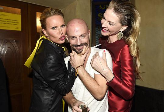 Modelky se v dobrém rozmaru vrhly i na svého stylistu Filipa Vaňka.