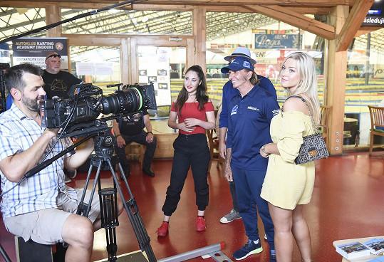 Dominika ve scéně, kde hraje partnerku Emersona Fittipaldiho.