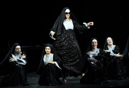 Vrátí se i k muzikálu Sestra v akci, v němž v Karlíně hraje.