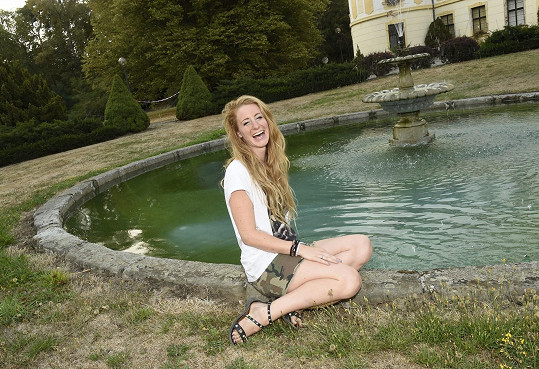 Léto tráví v Česku, protože o víkendech koncertuje s kapelou.