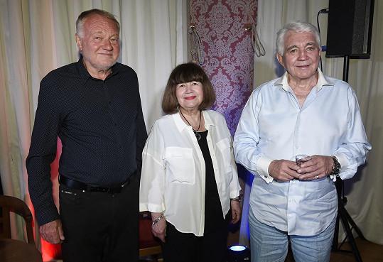 Tady byl Luděk Sobota ještě v klidu. Na snímku ještě Uršula Kluková a a Jiří Krampol.