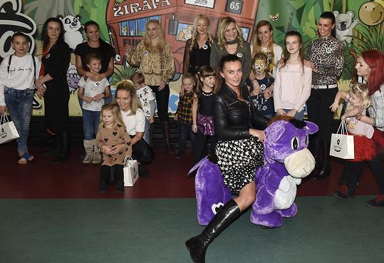 Alice s maminkami a jejich dětmi, které postoupily do semifinále soutěže.