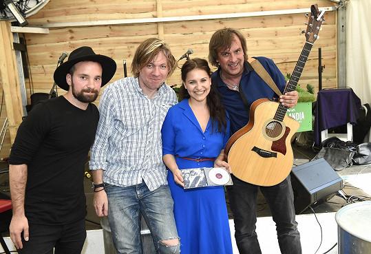 A tohle je jeho kapela se zpěvačkou Vendulou Příhodovou