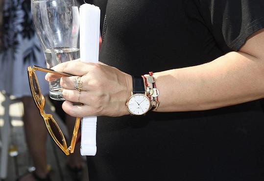 Zpěvačka sází na detaily včetně Love prstenů Dior a náramku Cartier Love.