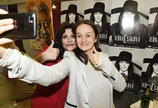 S fotografkou Lenkou Hatašovou, s níž spolupracuje.