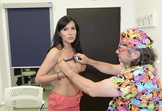 Martině praskl třináct let starý implantát v pravém ňadru.