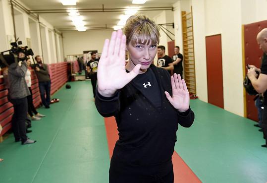 Dominika se vypravila na kurz sebeobrany. Do útočníka nesmíte jít pěstmi. Nejlepší je dlaní zasáhnout nos.