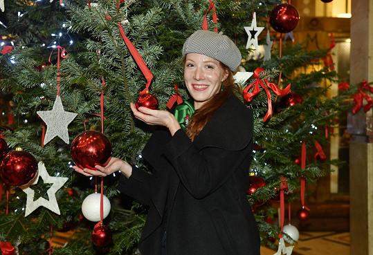 Nikol Kouklová u vánočního stromu před Divadlem Bez zábradlí