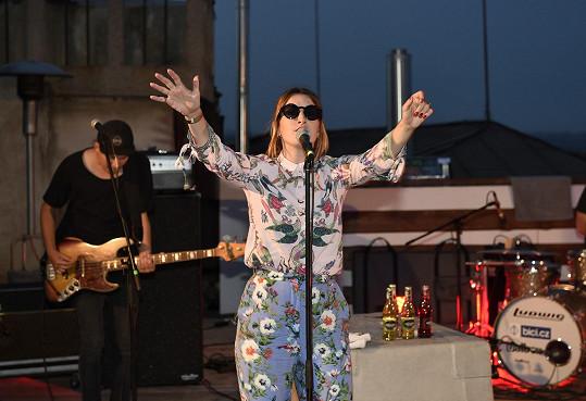 Na střeše Lucerny uspořádala Klára s kapelou koncert.