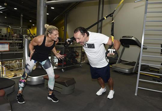 Marian cvičí pod dohledem trénérky.