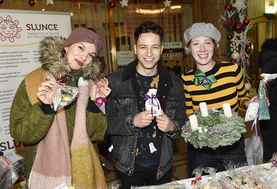 Milan pomáhal na charitativním bazaru, který pořádala herečka Nikol Kouklová (na snímku ještě s Radkou Pavlovčinovou).