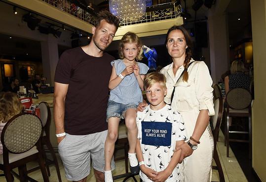 Český hokejový útočník Petr Tatíček přišel na dětský den do Hard Rock Cafe s manželkou a dvěma dětmi.