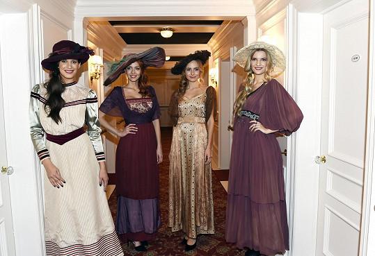 Do dobových kostýmů se oblékly Aneta Vignerová, Erika Horváthová, Alena Prešneiderová a Veronika Procházková.