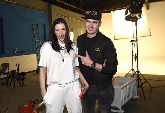 Zpěvačka se při tvorbě spojila s DJ Roxtarem.