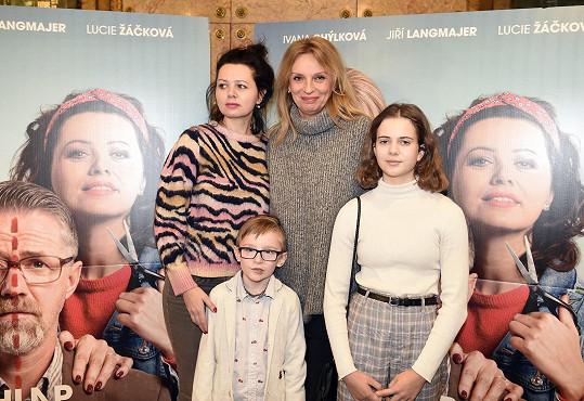 Lucie po prvním uvedením filmu pro média s kolegyní Ivanou Chýlkovou a dětmi, které ve filmu hrají.
