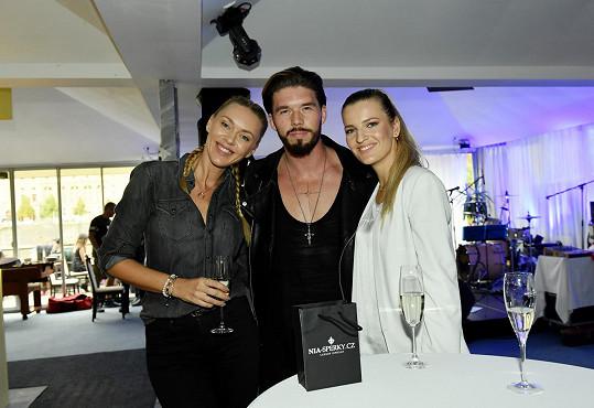 Společnost omladily kamarádky Standova syna Matyáše modelky Petra Růžičková a Veronika Chmelířová.