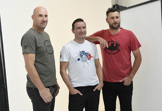 S kolegy sportovci nafotil kolekci triček, jejichž výtěžek půjde na charitu. Na snímku s Janem Kollerem a hokejistou Ondřejem Pavelcem.