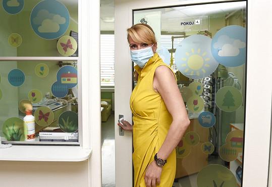 Rouška je na oddělení, kde leží pacienti po transplantaci kostní dřeně, nutná.