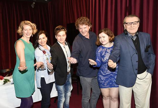 Se seriálovou rodinou a režisérkou Evou Toulovou pózovala u voskového Miloše Formana.