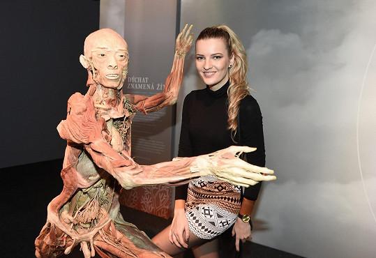 Modelka na zahájení výstavy, kde mají návštěvníci možnost zhlédnout dvacet celotělových exponátů a k tomu stovky detailních exponátů jednotlivých orgánů nebo částí těla.