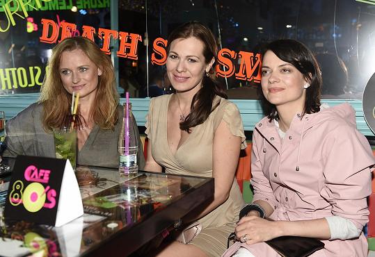 Spolu s Janou Strykovou a Janou Adamcovou oslavovaly svátek v baru 80´s.