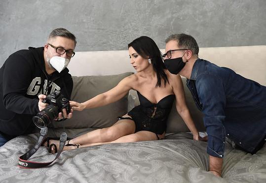 S fotografem a stylistou kontrolovala snímky pro časopis Top Class.