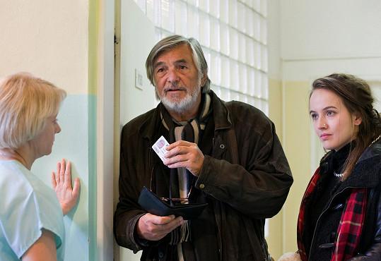 Dívce se podaří udělat konkurz a nastoupí do redakce ke zkušenému reportéru Vlachovi, kterého hraje Jiří Bartoška.
