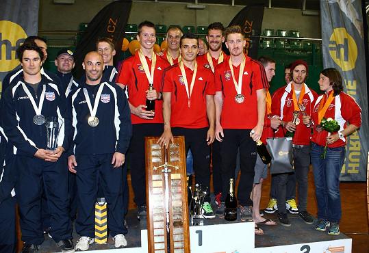 S týmy vítězné Belgie (uprostřed), Spojených států a Kanady Dušan letěl před jejich rozhodujícím seskokem.