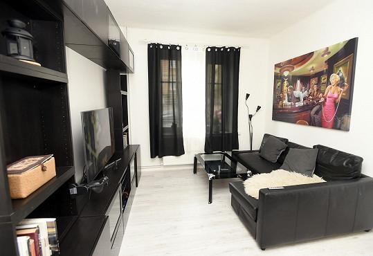 Obývací pokoj je laděn do černa.