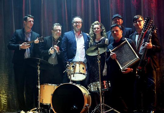 Lenčin klip bude mít silné herecké obsazení. Hudebníky v kapele si například zahráli pánové Štáfek, Šteindler, Polášek, Noha, Rajmont a Vyorálek.