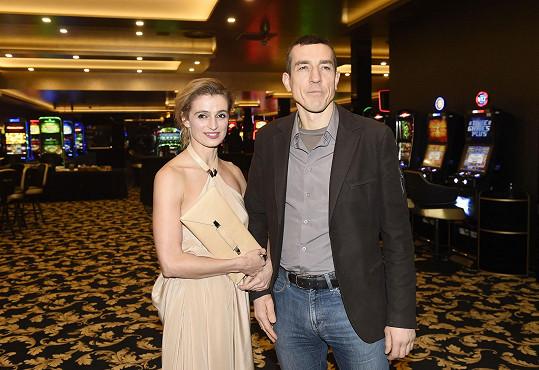 Ivana s doprovodem na večírku