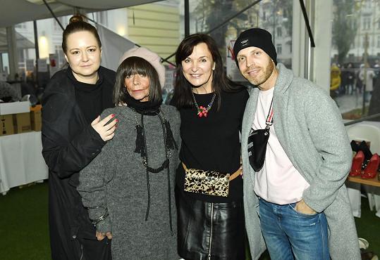 V organizaci jí pomáhají její přátelé, jako je Pavlína Saudková (vlevo), Beata Rajská (druhá z leva), Miroslav Bárta (vpravo). V minulosti se zapojovala i zesnulá Františka Čížková (druhá z prava).