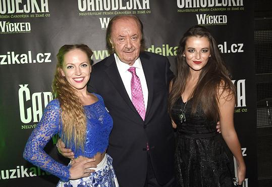 Janeček s Markétou Peškovou a Kateřinou Herčíkovou. Ty si na premiéře roli Elphaby nezahrály.