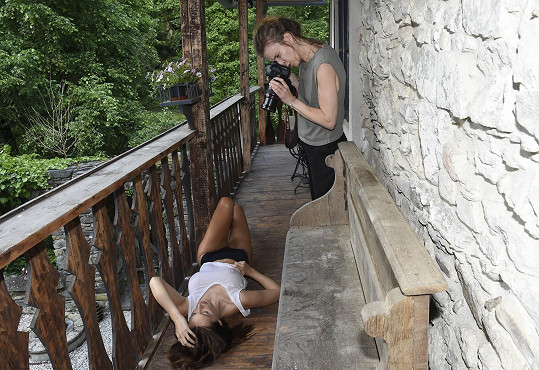 Fotografka Ivy Morwen nakonec Táňu svlékla z mokrého tílka a fotila ji úplně nahou.