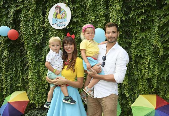S hokejistou Michalem Neuvirthem má dvě děti.