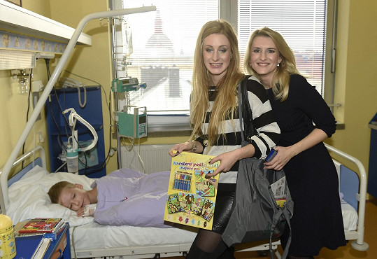 Spolu s dalšími známými tvářemi (na snímku se Sabinou Křovákovou) navštívila i děti hospitalizované na urologickém oddělení Všeobecné fakultní nemocnice v Praze.
