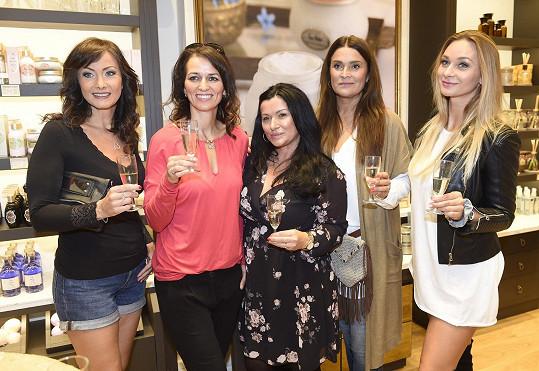 Gondíková s kolegyněmi Danielou Šinkorovou, Mahulenou Bočanovou a Bárou Mottlovou na otevření prodejny s kosmetikou