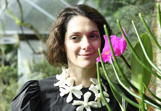 Pořídila si zahradu a sama se snaží pěstovat kytky.