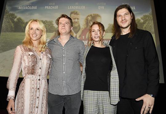 Marcell s režisérem filmu Petrem Kolečkem a představitelkami hlavních hrdinek Petrou Hřebíčkovou a Denisou Nesvačilovou